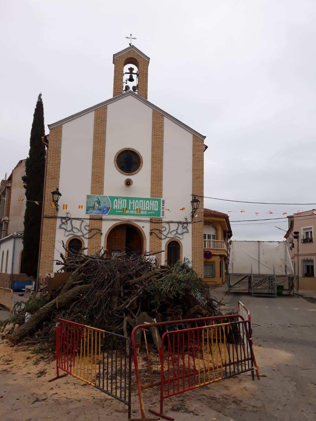 Todo listo para la hoguera de San Antón en Herencia 2