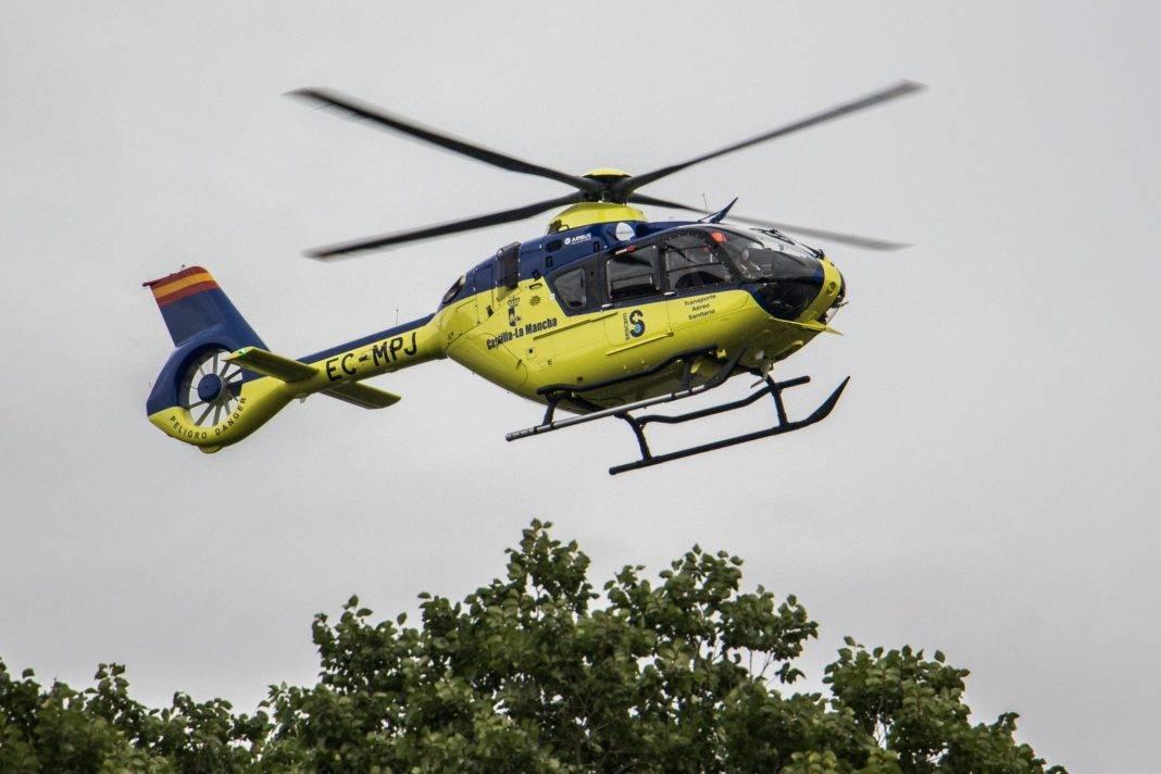 helicoptero medicalizado sescam clm 1068x712 - Accidente laboral en la Calle Calderón de la Barca de Herencia