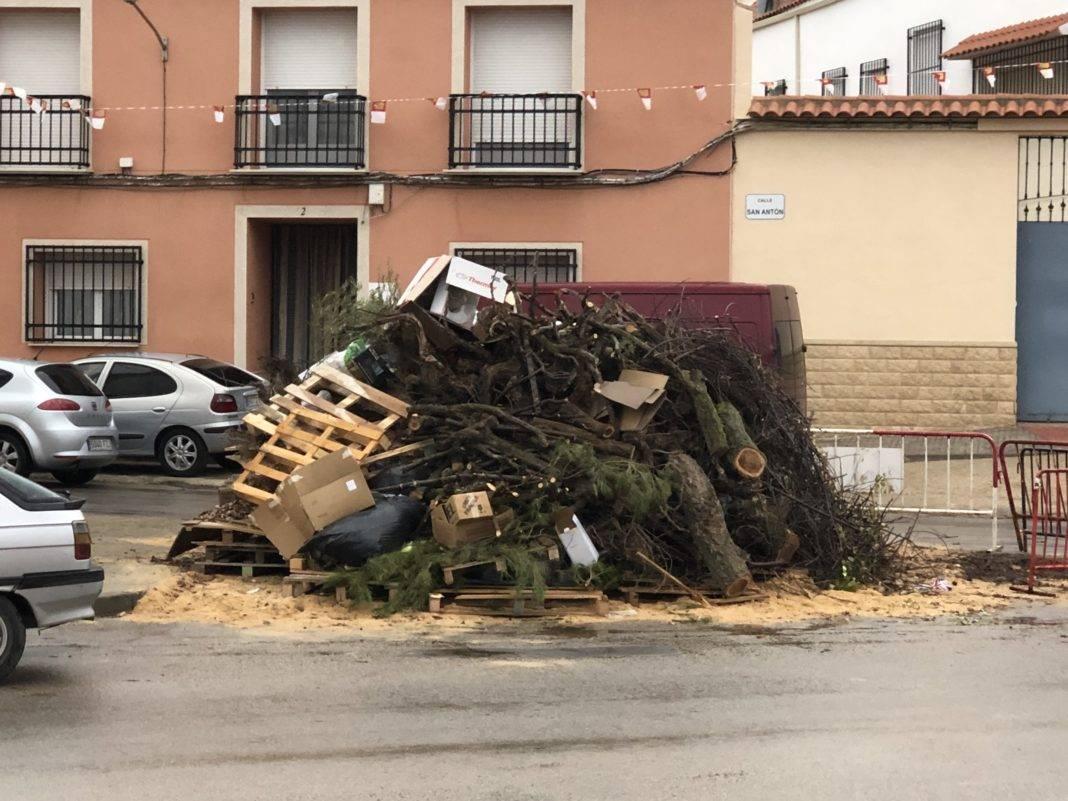 Todo listo para la hoguera de San Antón en Herencia 3