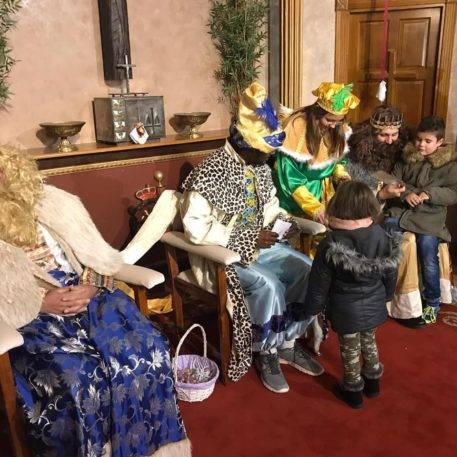 ninos con reyes magos en herencia 457x457 - SSMM Los Reyes Magos visitaron Herencia para recoger cartas