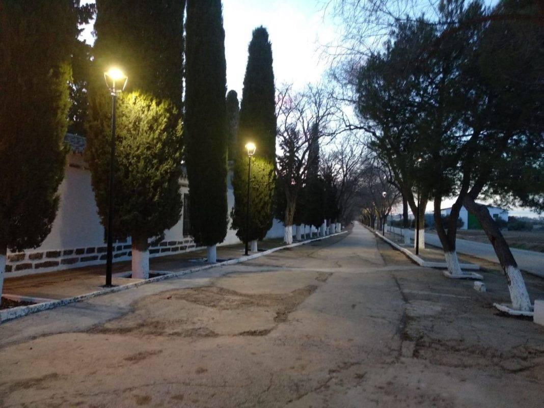 Nueva iluminación en el paseo del cementerio de Herencia 4