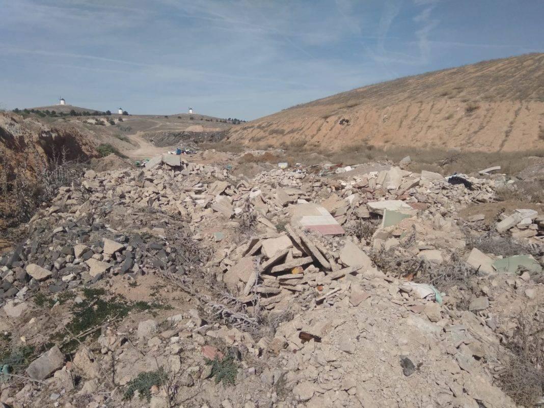 20190225 Escombros junto a la planta de tratamiento 1068x801 - Ciudadanos Herencia pide al Ayuntamiento que traten los escombros como establece la normativa
