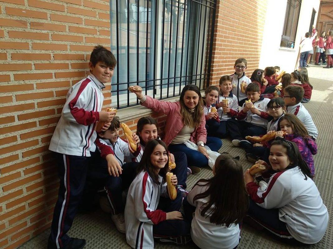 El Colegio Nuestra Señora de las Mercedes celebra en día del bocadillo en favor de Manos Unidad 17