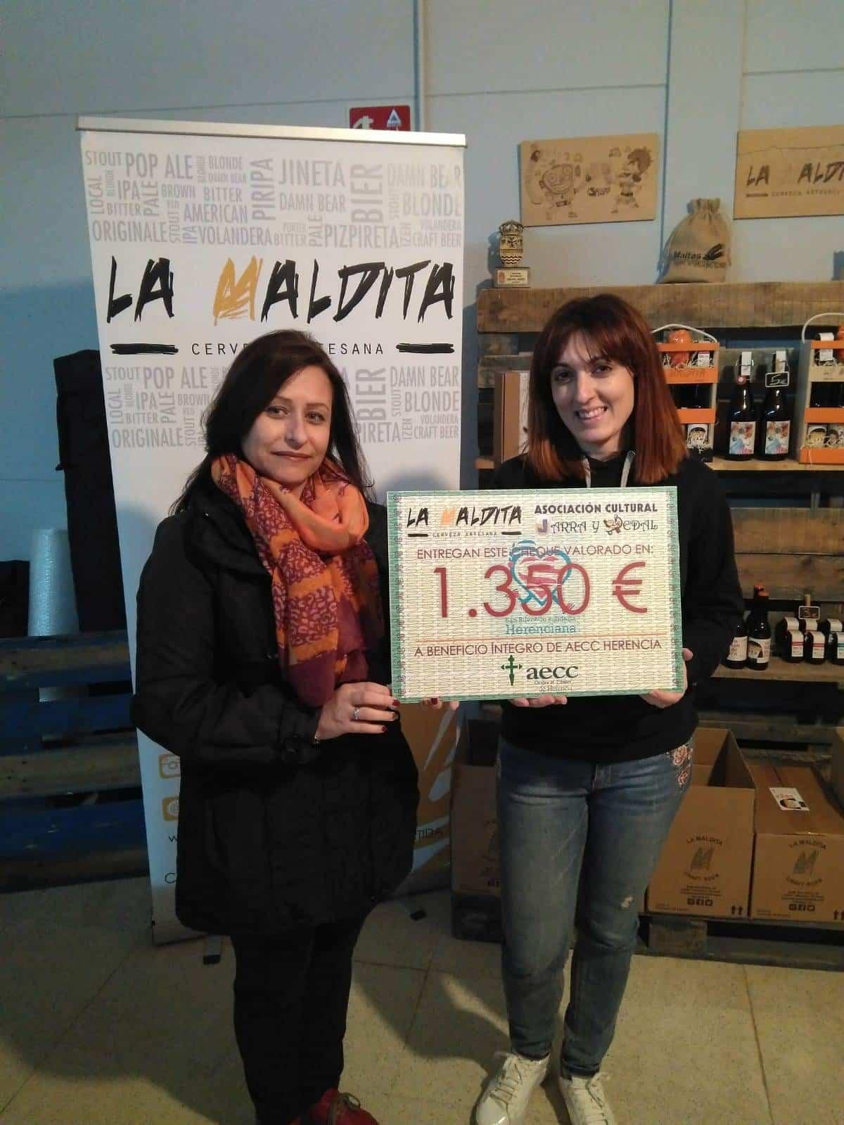 La Maldita entrega del donativo solidario a la AECC - Jarra y Pedal y La Maldita entregan el dinero de la San Silvestre a Las Supernenas y a la AECC