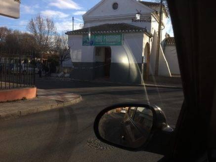 accidente contra ermita la encarnacion herencia 1 437x328 - La Ermita de La Encarnación sufre daños por un supuesto accidente de tráfico