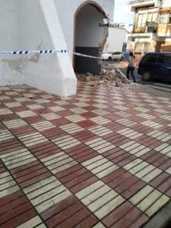 accidente contra ermita la encarnacion herencia 2 246x328 - La Ermita de La Encarnación sufre daños por un supuesto accidente de tráfico