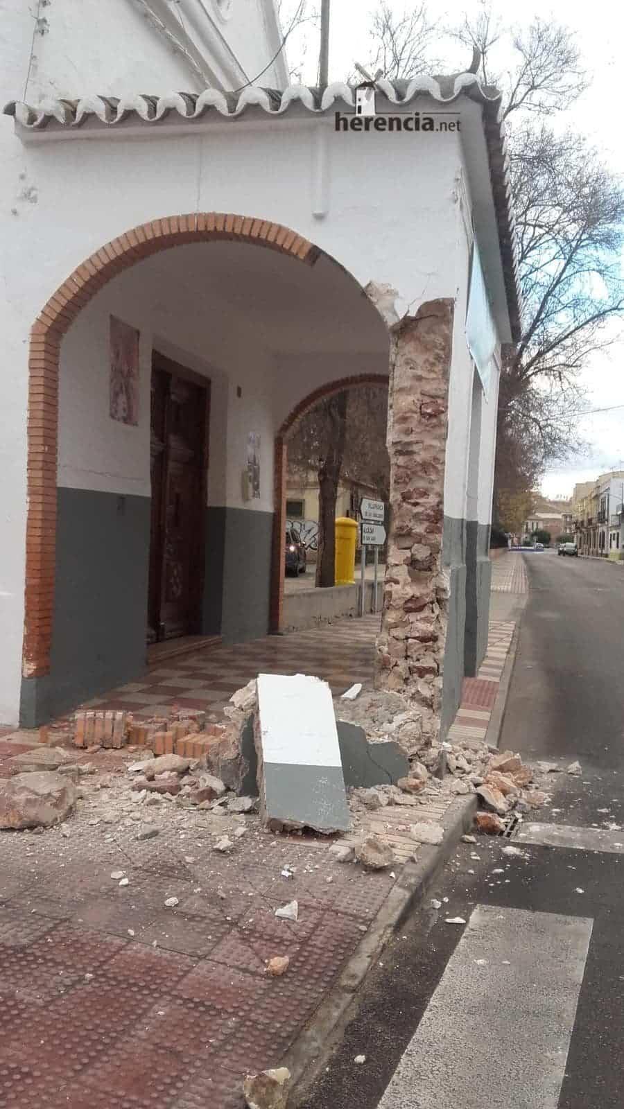 accidente contra ermita la encarnacion herencia 3 - Un portacoches se lleva por delante la pared de la Ermita de La Encarnación