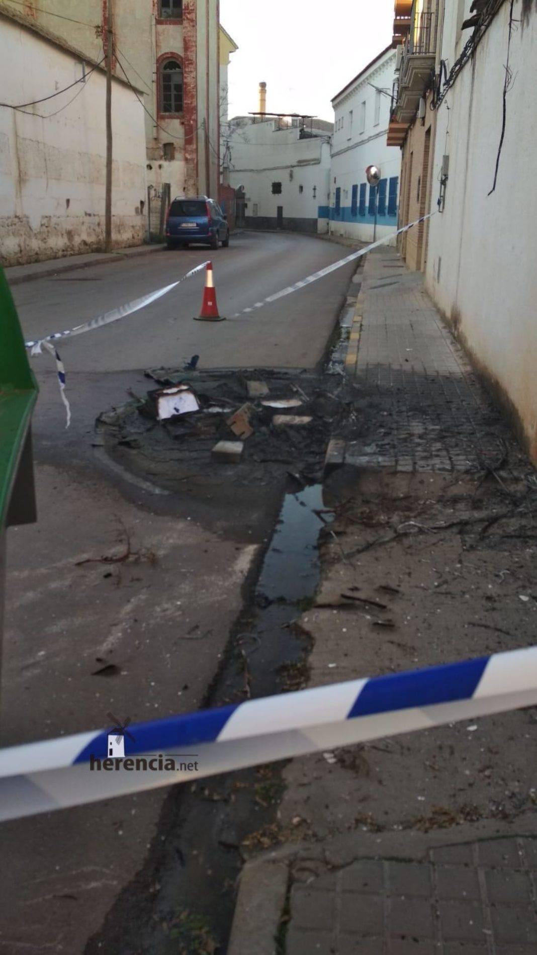 Arde un contenedor en la calle Gómez Montalbán de Herencia 5