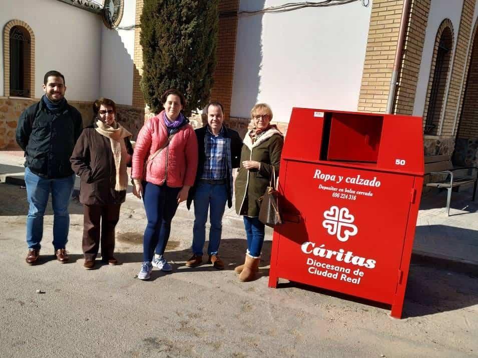 nuevos contenedores caritas ropa herencia 1 - Nuevos contenedores para la recogida de ropa usada de Cáritas en Herencia