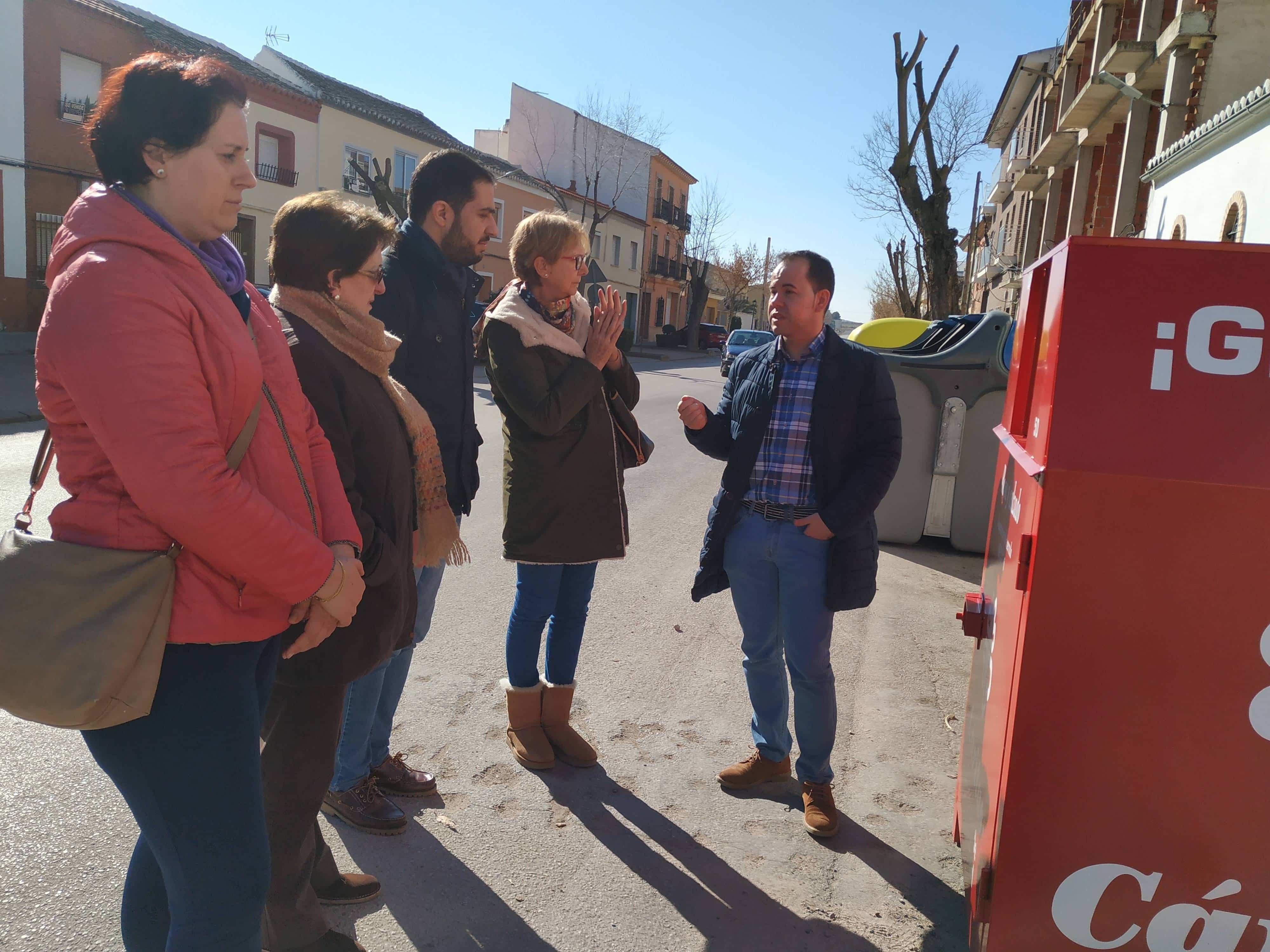 Nuevos contenedores para la recogida de ropa usada de Cáritas en Herencia