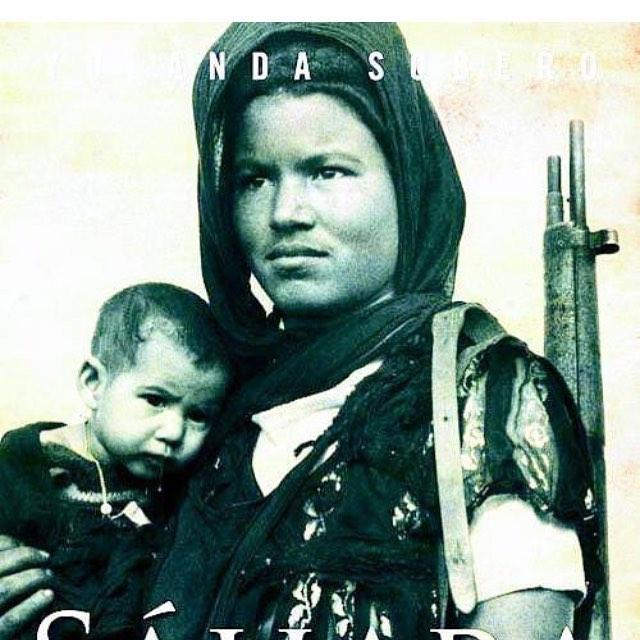 Imagen de Nuena con su hijo pequeño 1975 - Encuentro con la activista saharaui Nuena Edjil Bani