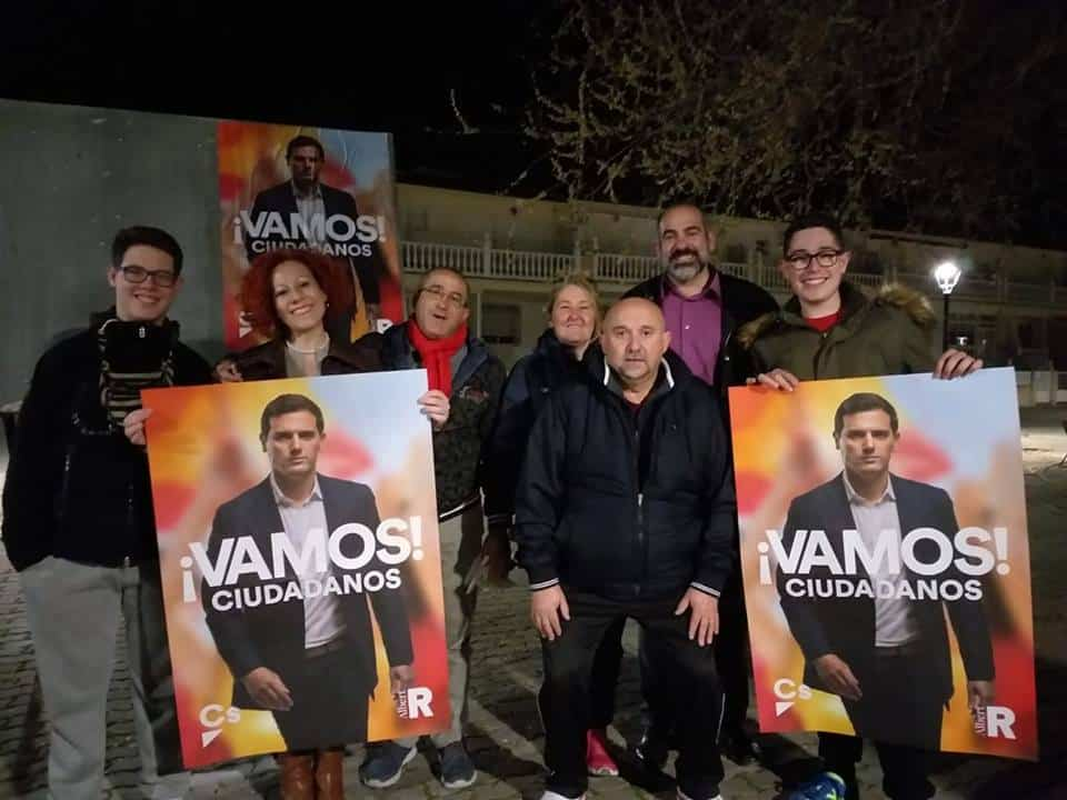 Pegada de Cartes de Ciudadanos Foto via Facebook Cs Herencia - Varios partidos políticos inician en Herencia la campaña electoral del 28A con la pegada de carteles y otros actos