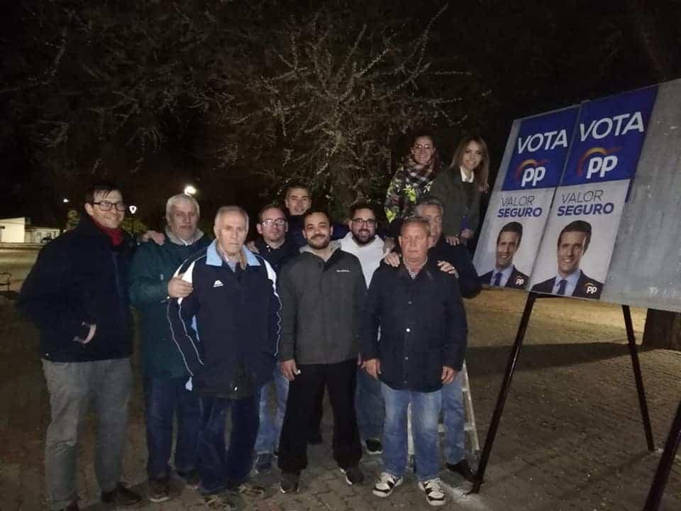 Pegada de Cartes de Partido Popular Foto via Facebook Herencia Populares Herencia - Varios partidos políticos inician en Herencia la campaña electoral del 28A con la pegada de carteles y otros actos
