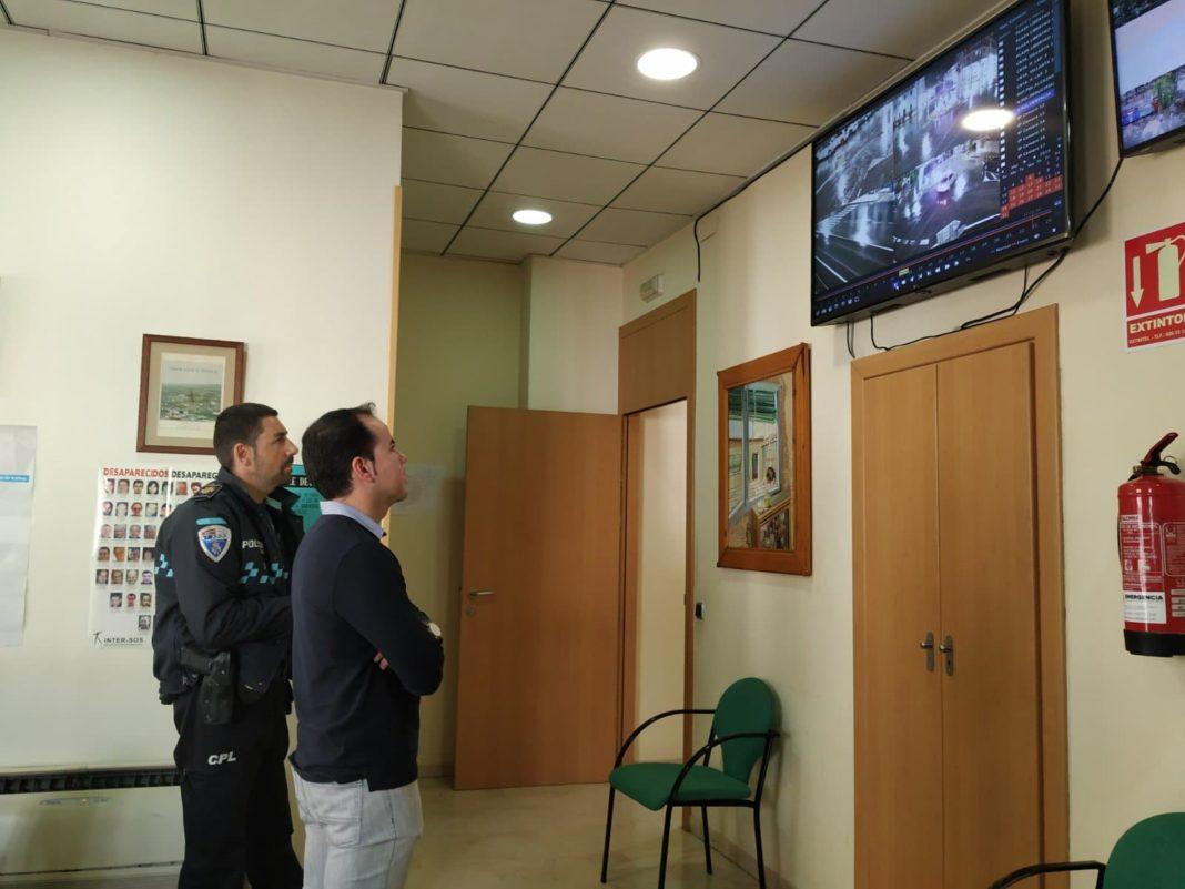 Ultimando la instalación de las cámaras de seguridad en los accesos a Herencia 4