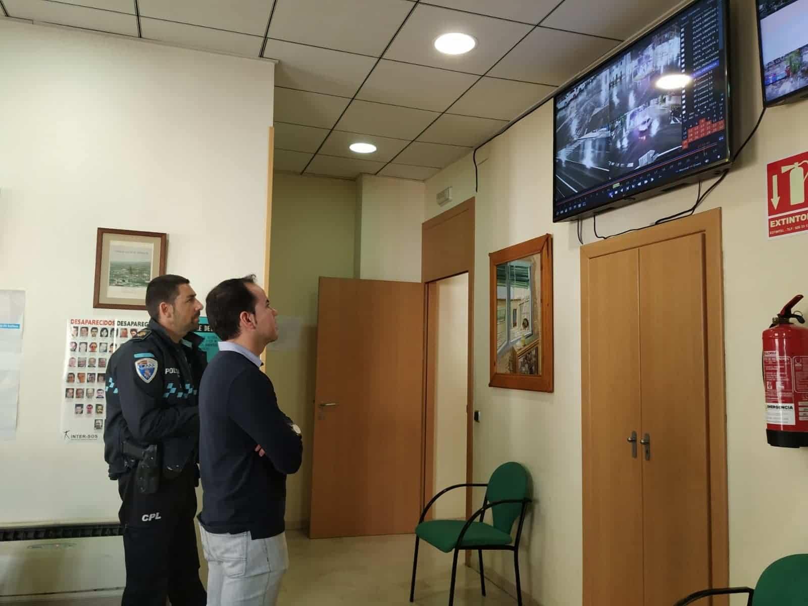 Ultimando la instalación de las cámaras de seguridad en los accesos a Herencia 3