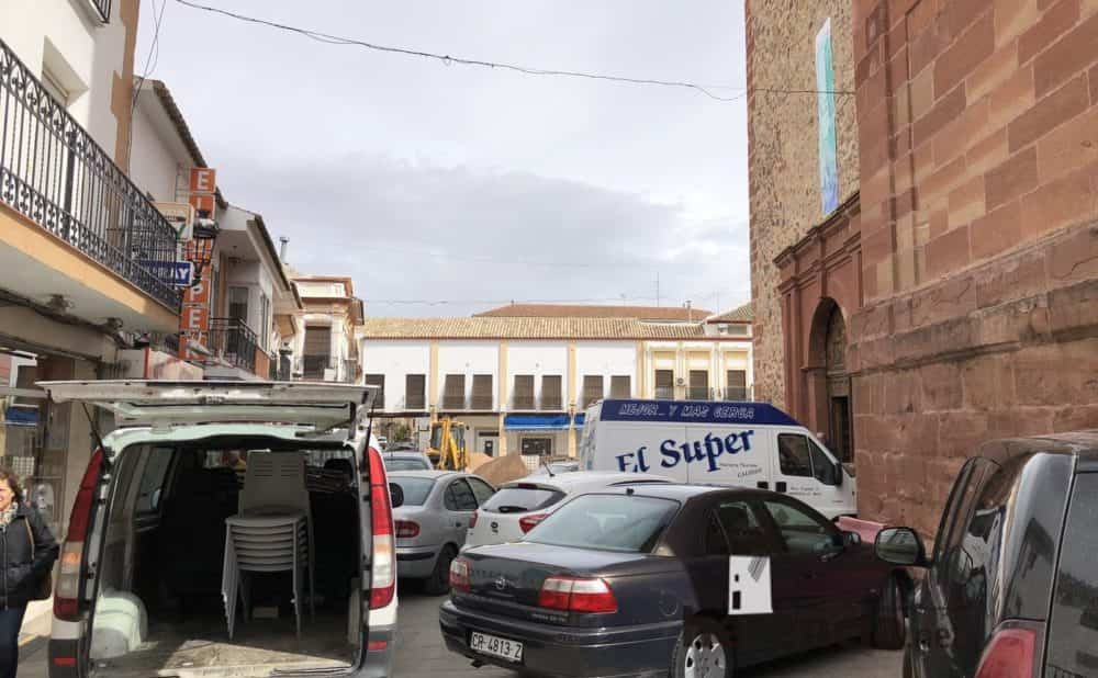 Aglomeración de coches en parking en Plaza de España en Herencia.