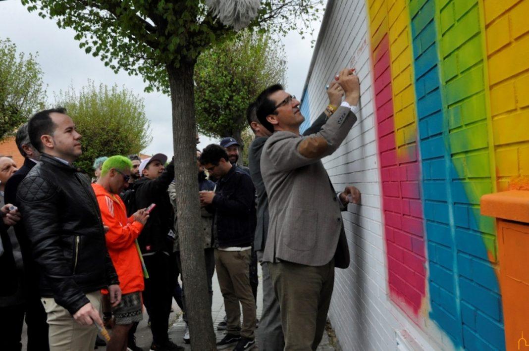 El centro ocupacional El Picazuelo participa en el proyecto Titanes para dar color al silo de Herencia 2