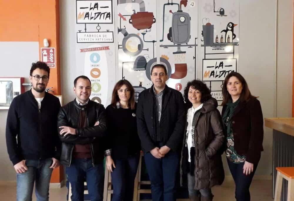 visita fabrica cerveza artesana herencia psoe 1000x685 - Cerveza La Maldita recibió la visita del PSOE de Herencia