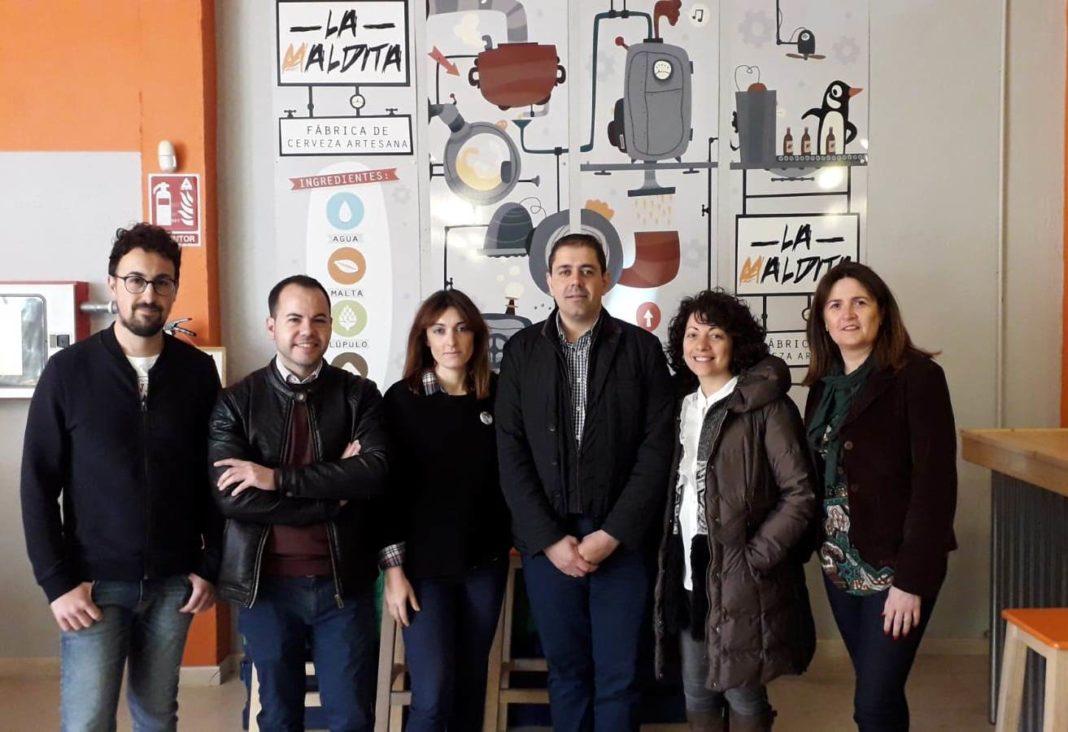 visita fabrica cerveza artesana herencia psoe 1068x732 - Cerveza La Maldita recibió la visita del PSOE de Herencia