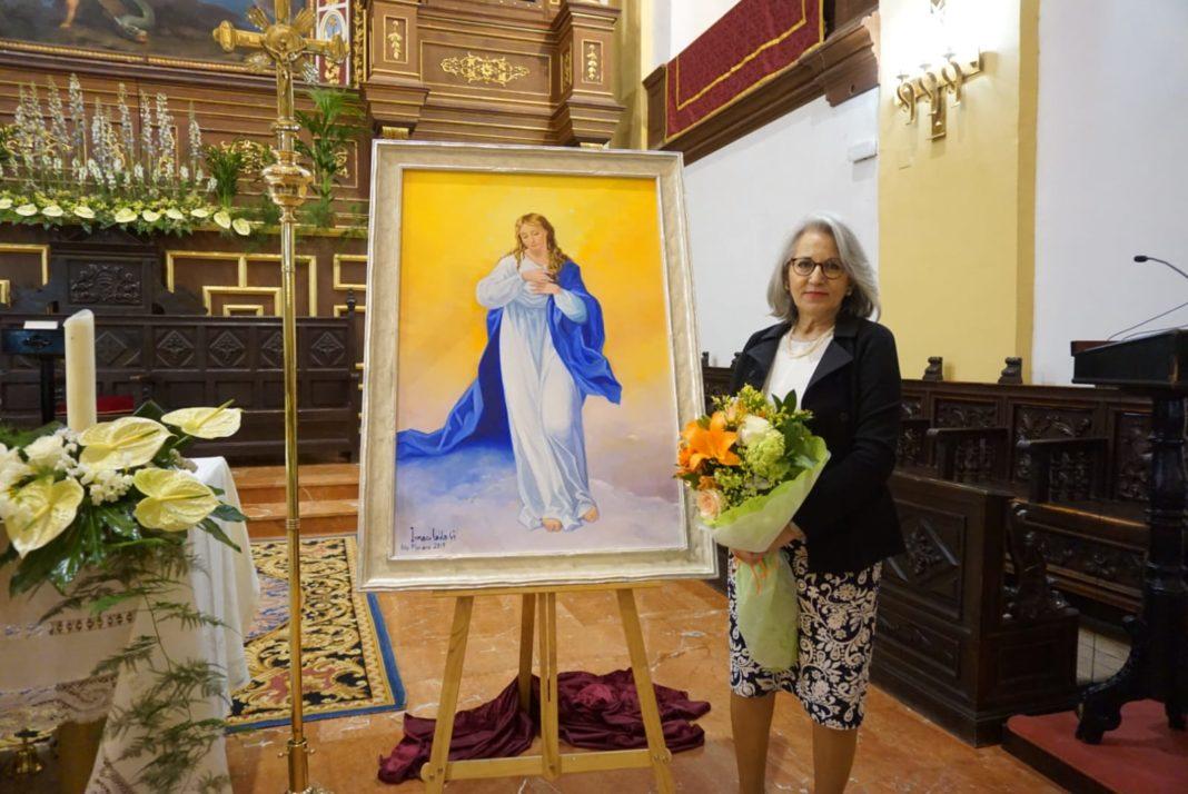 Inmaculada García junto a su cuadro de la Inmaculada Concepción 1068x714 - La pintora Inmaculada García dona un cuadro de temática inmaculista a la parroquia