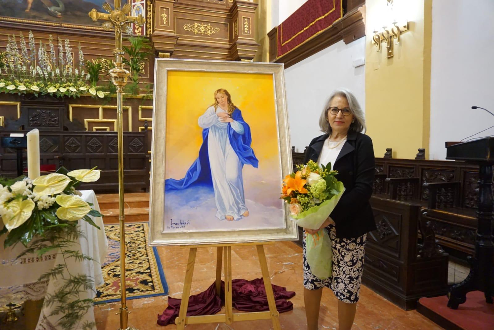 Inmaculada García junto a su cuadro de la Inmaculada Concepción - La pintora Inmaculada García dona un cuadro de temática inmaculista a la parroquia