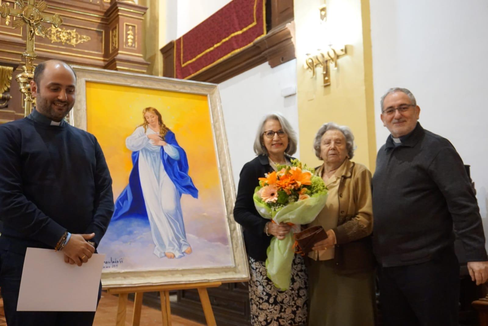 Inmaculada Garc%C3%ADa junto a su cuadro de la Inmaculada Concepci%C3%B3n1 - La pintora Inmaculada García dona un cuadro de temática inmaculista a la parroquia