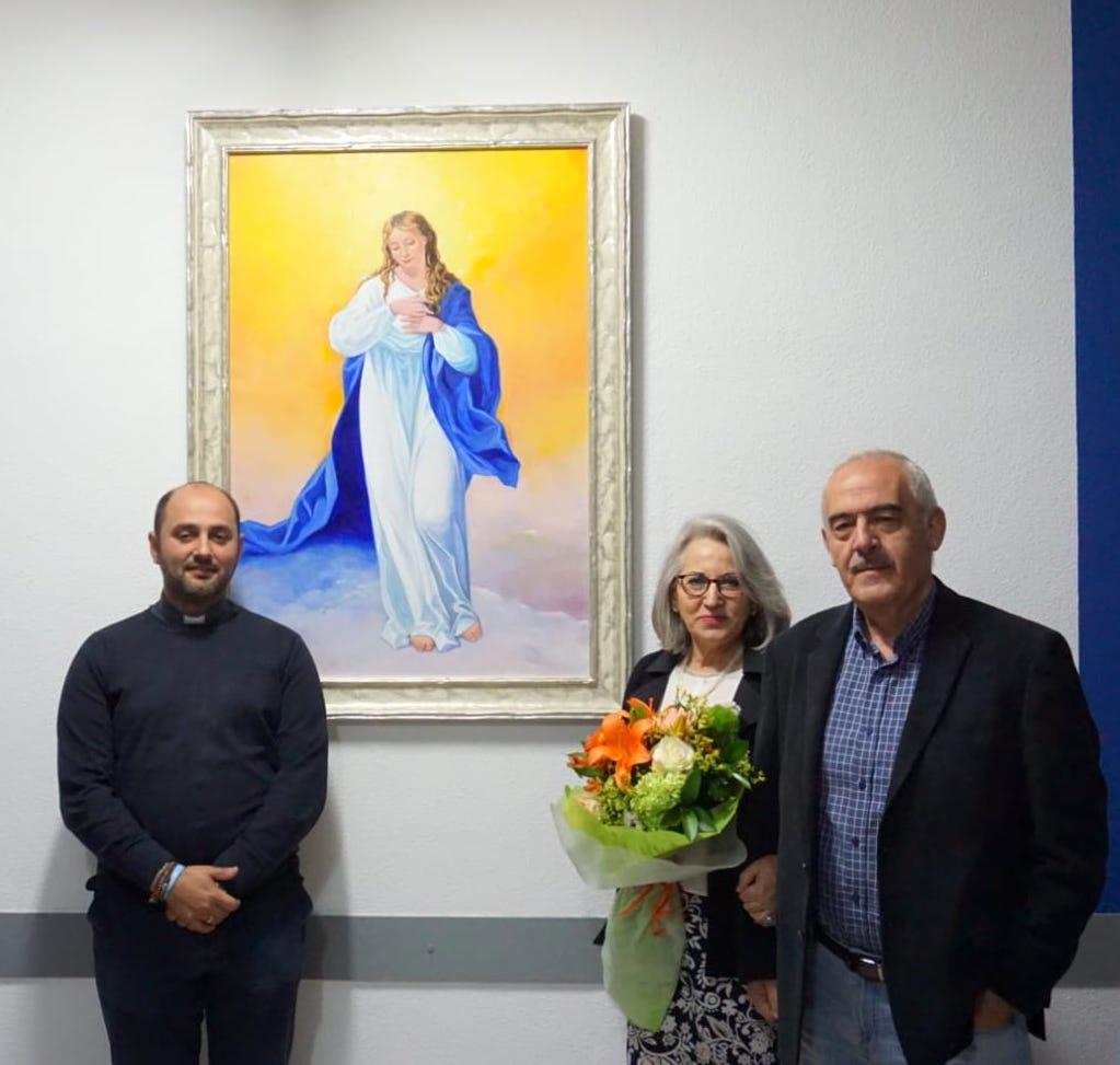Inmaculada Garc%C3%ADa junto a su cuadro de la Inmaculada Concepci%C3%B3n3 - La pintora Inmaculada García dona un cuadro de temática inmaculista a la parroquia