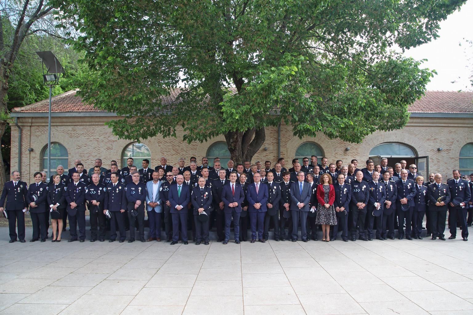 Juli%C3%A1n Moreno condecorado por su servicio activo durante 30 a%C3%B1os en la polic%C3%ADa local - Julián Moreno, condecorado por su servicio activo durante 30 años en la policía local
