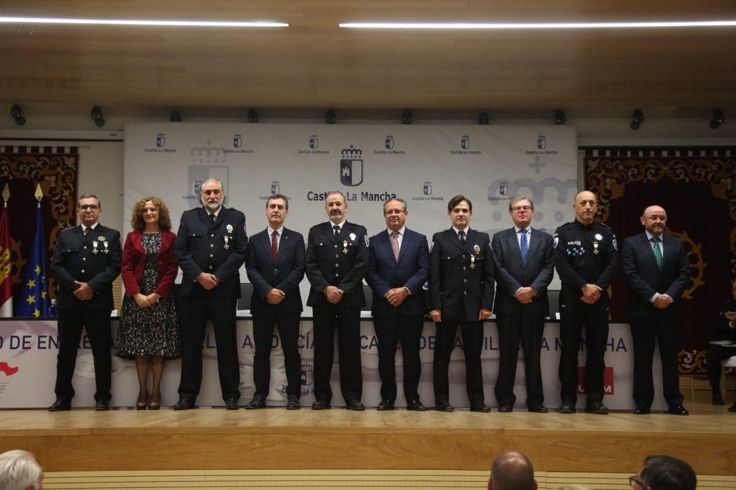 Julián Moreno, condecorado por su servicio activo durante 30 años en la policía local 10