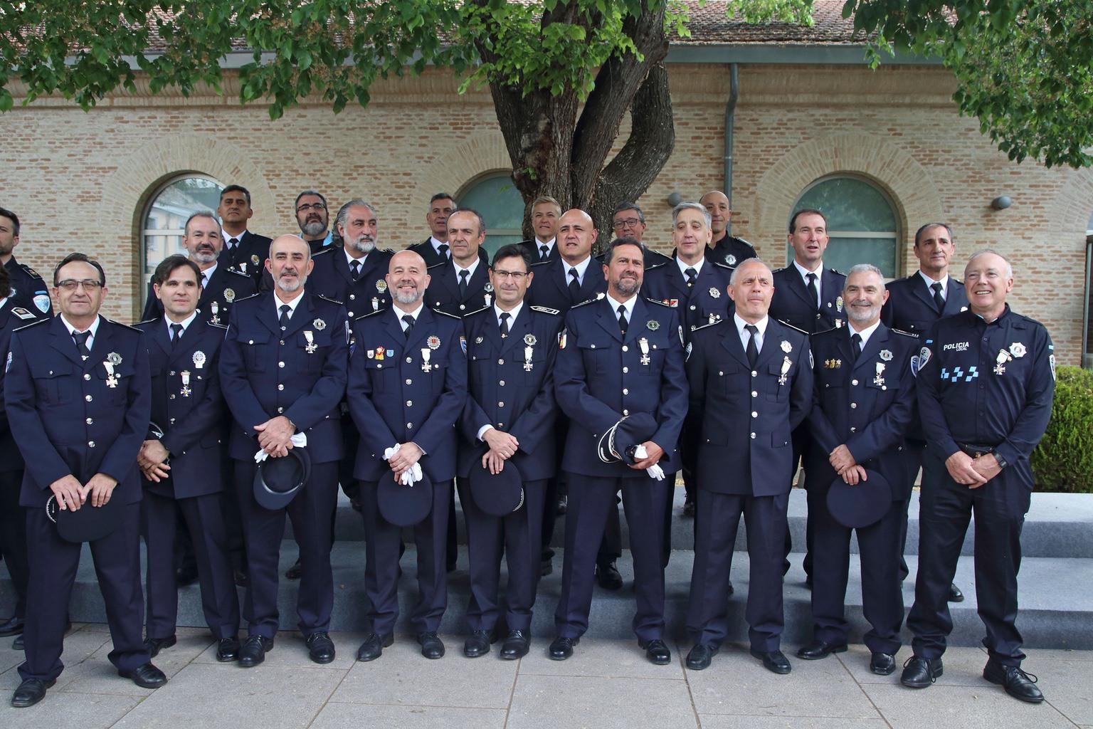 Julián Moreno, condecorado por su servicio activo durante 30 años en la policía local 9