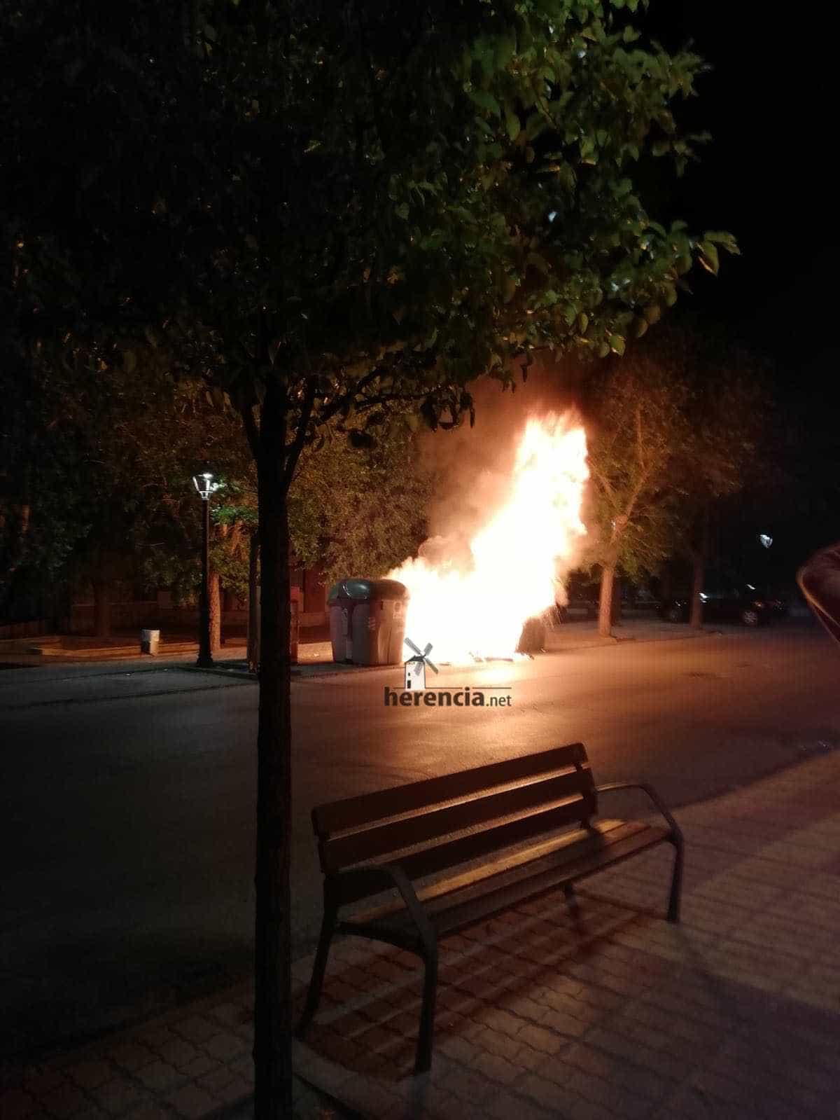 contenedores arden cristo herencia 1 - Arden tres contenedores en la zona del Cristo en Herencia