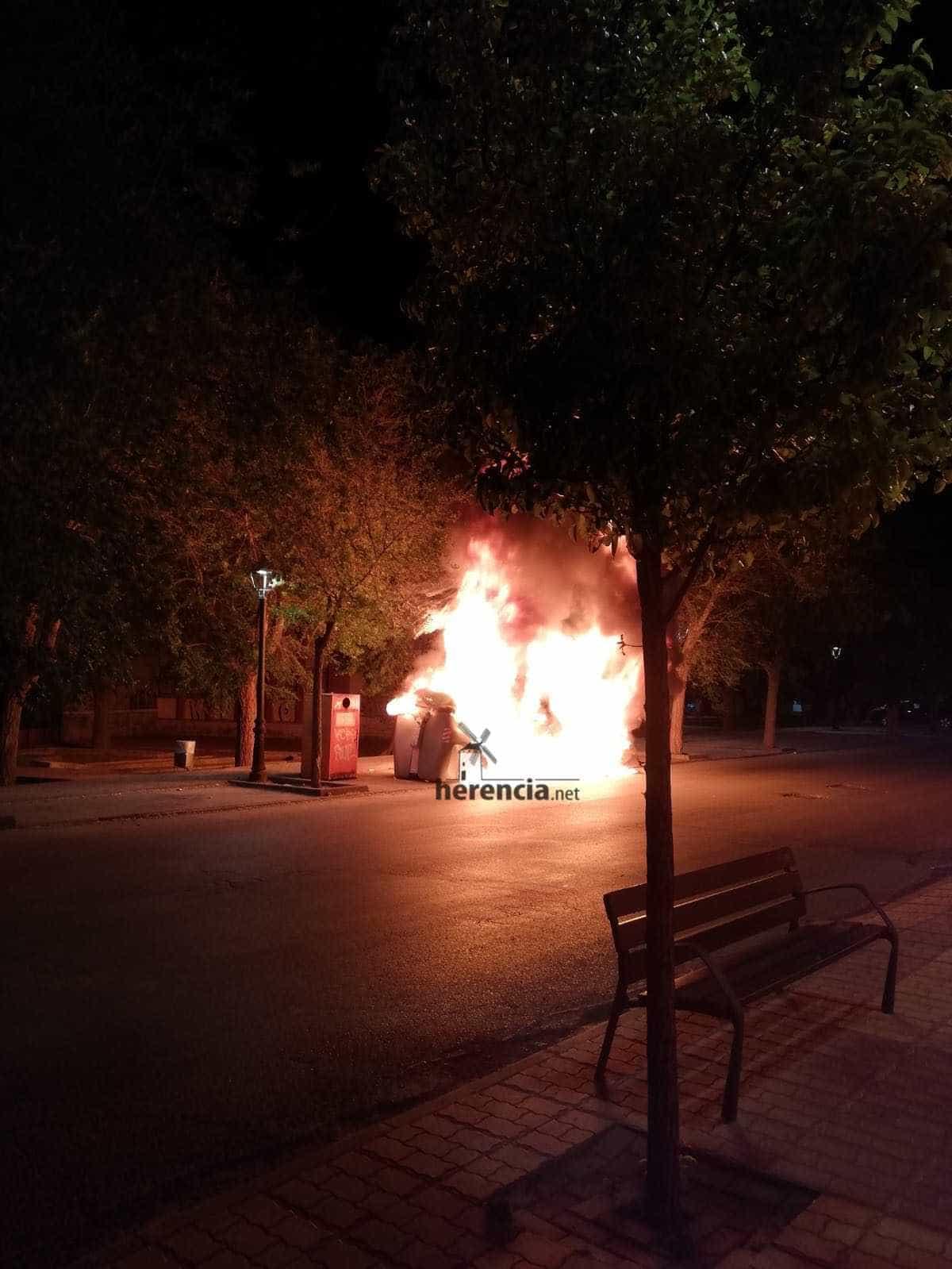 contenedores arden cristo herencia 2 - Arden tres contenedores en la zona del Cristo en Herencia