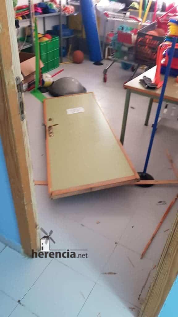 destrozos en polideportivo herencia 1 - Destrozos en el polideportivo de Herencia la pasada noche