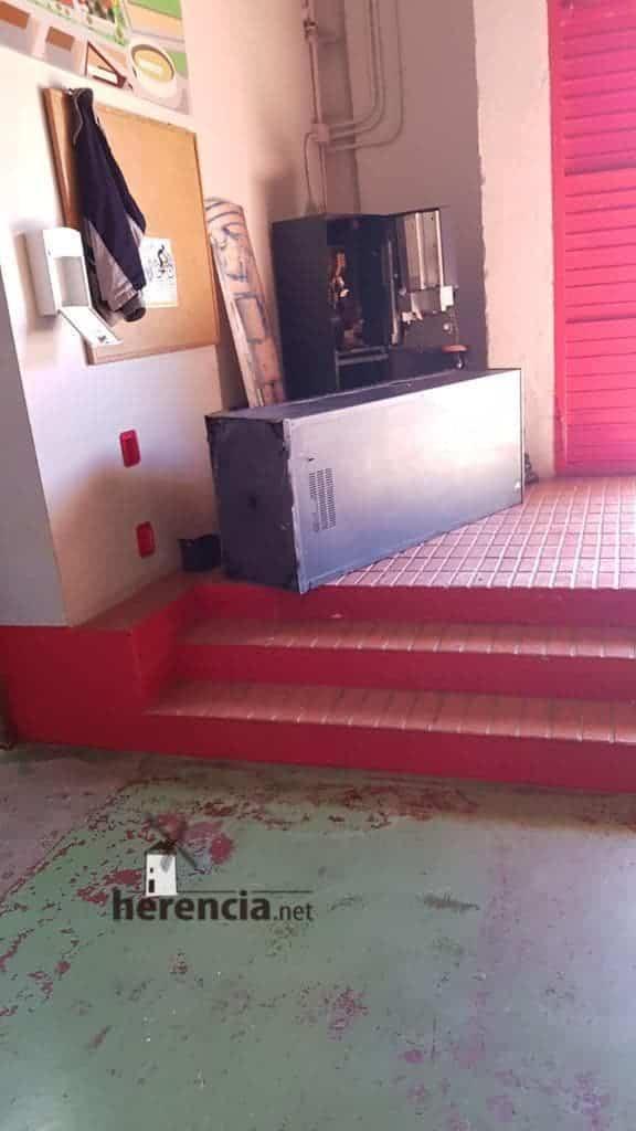 Destrozos en el polideportivo de Herencia la pasada noche 11