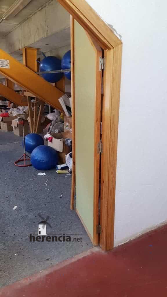 Destrozos en el polideportivo de Herencia la pasada noche 12
