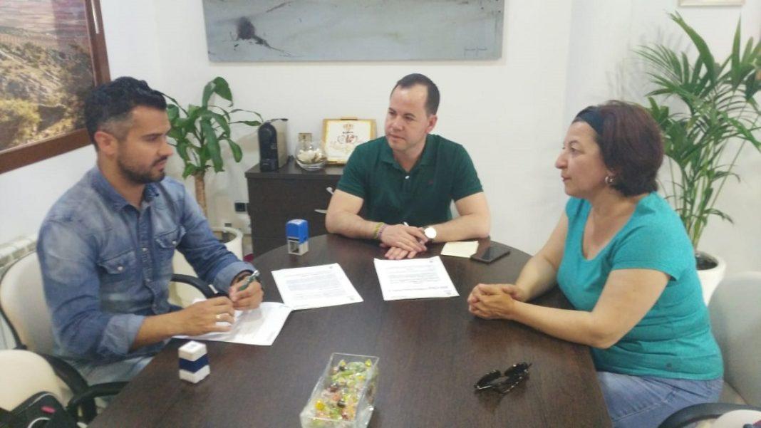 firma convenio deportivo entre asodisal y el ayuntamiento de Herencia 1068x601 - Herencia renueve el convenio con ASODISAL garantizando que el deporte llegue a todos