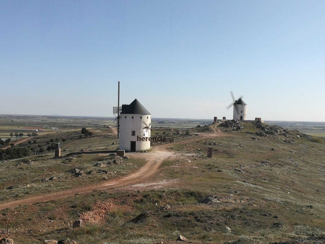 iluminacion molinos herencia 6 1068x801 - El presidente de Castilla-La Mancha visitará una quesería e inaugurará la iluminación de los molinos en Herencia