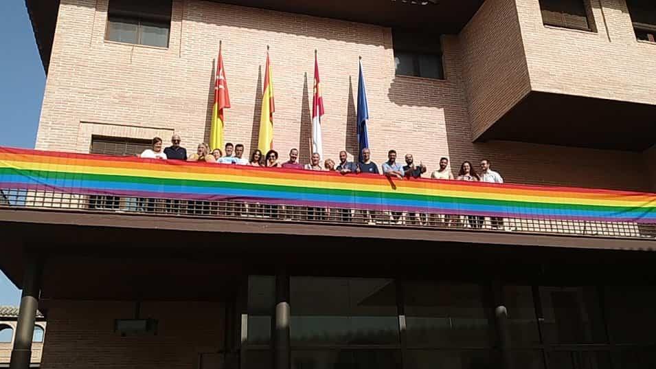 Despliegue de la bandera lgtbi en el ayuntamiento de Herencia - El Ayuntamiento despliega la bandera del Orgullo en el balcón