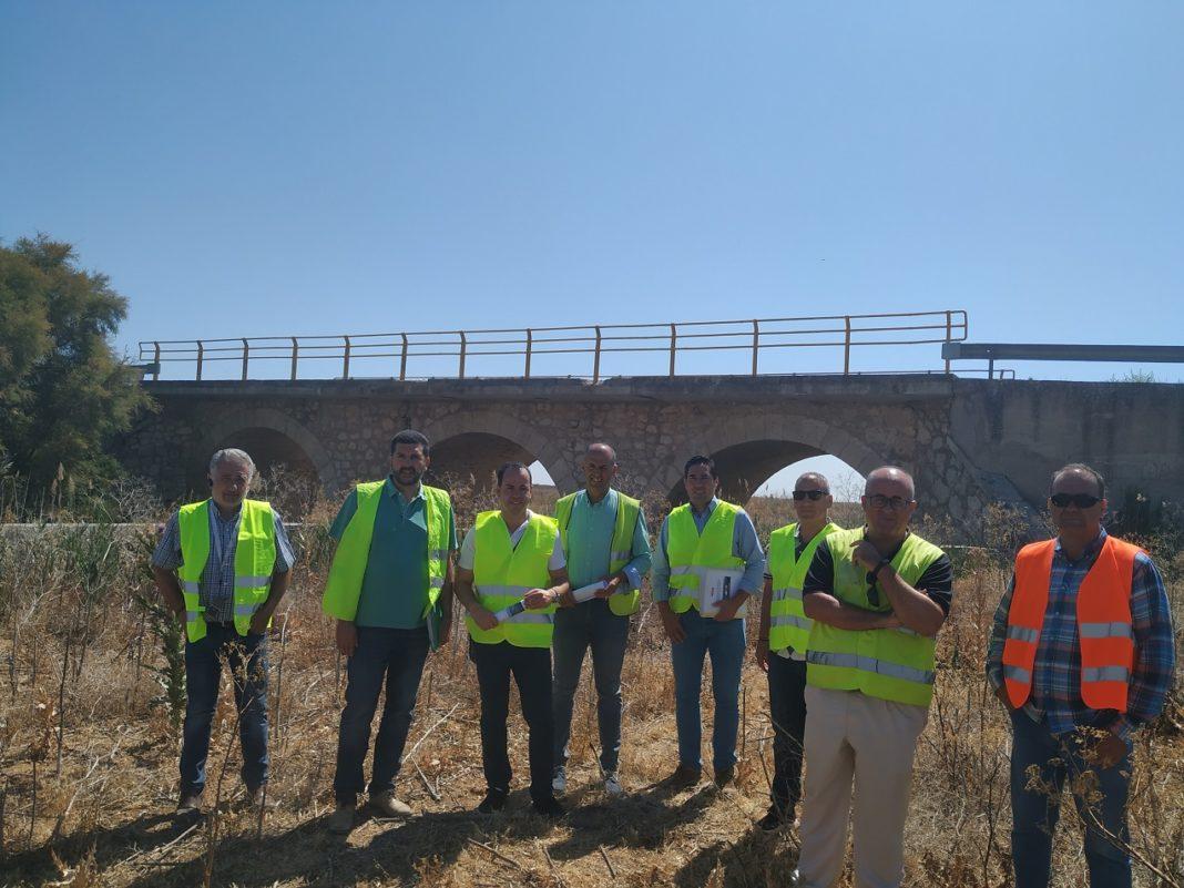 Inicio obras sobre el puente Alto 1068x801 - Comienzan las obras sobre el puente del Río Cigüela en la carretera que une Herencia y Manzanares