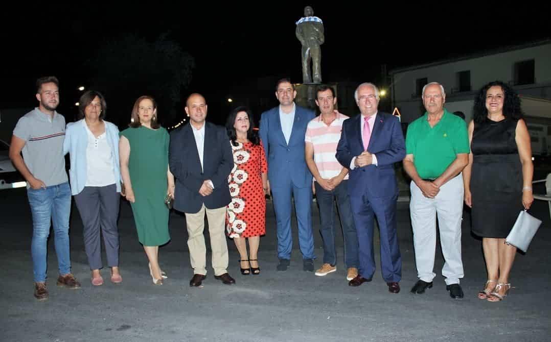 Alcalde y autoridades autor estatua - El senador herenciano presente en el homenaje a los hombres y mujeres que viajan cada día a Madrid