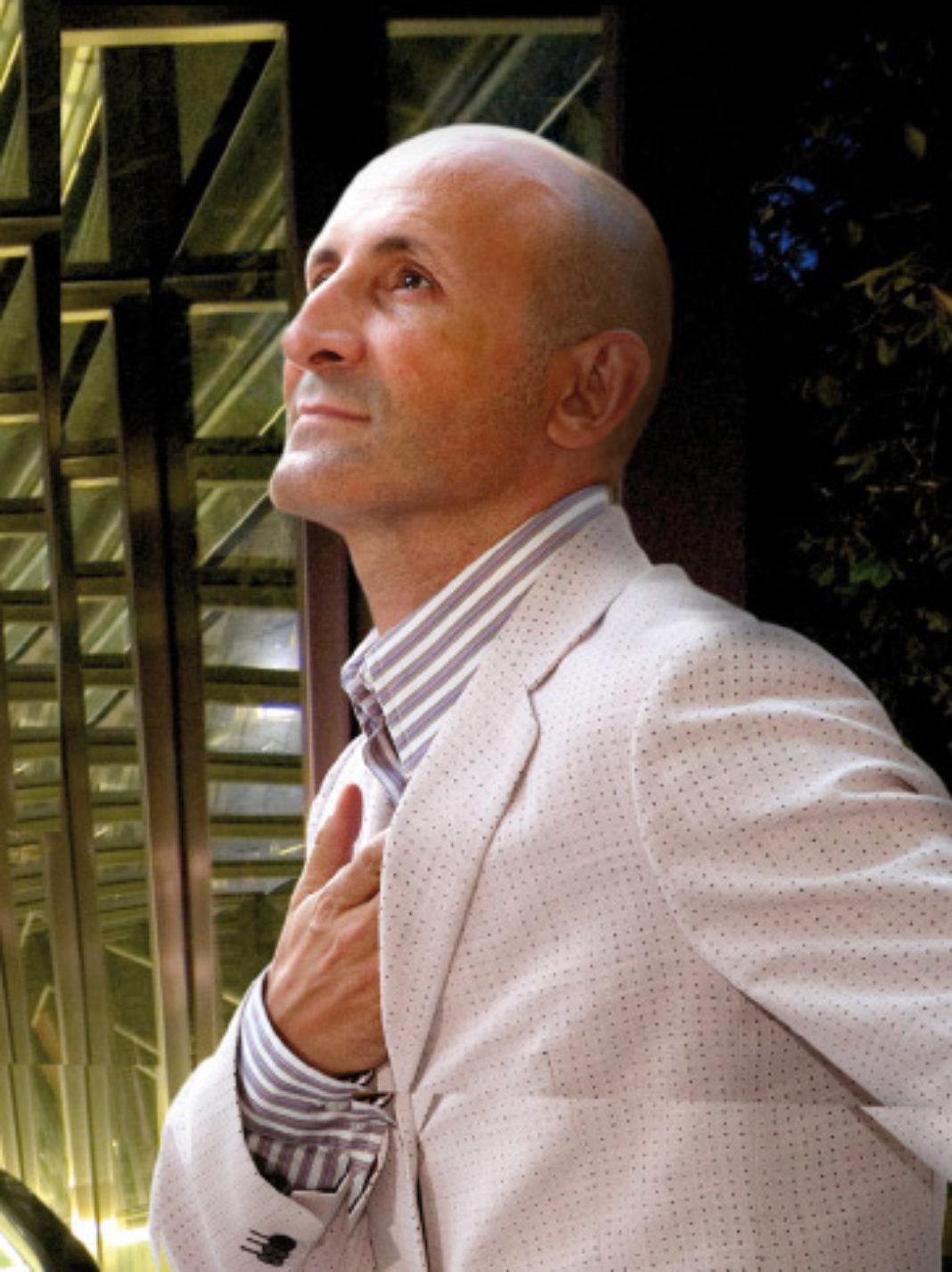 Modesto Lomba en una campaña de Turismo de Euskadi 1068x1427 - El modisto Modesto Lomba reconoce que su desayuno ideal de los domingos pasa por comer queso de Herencia