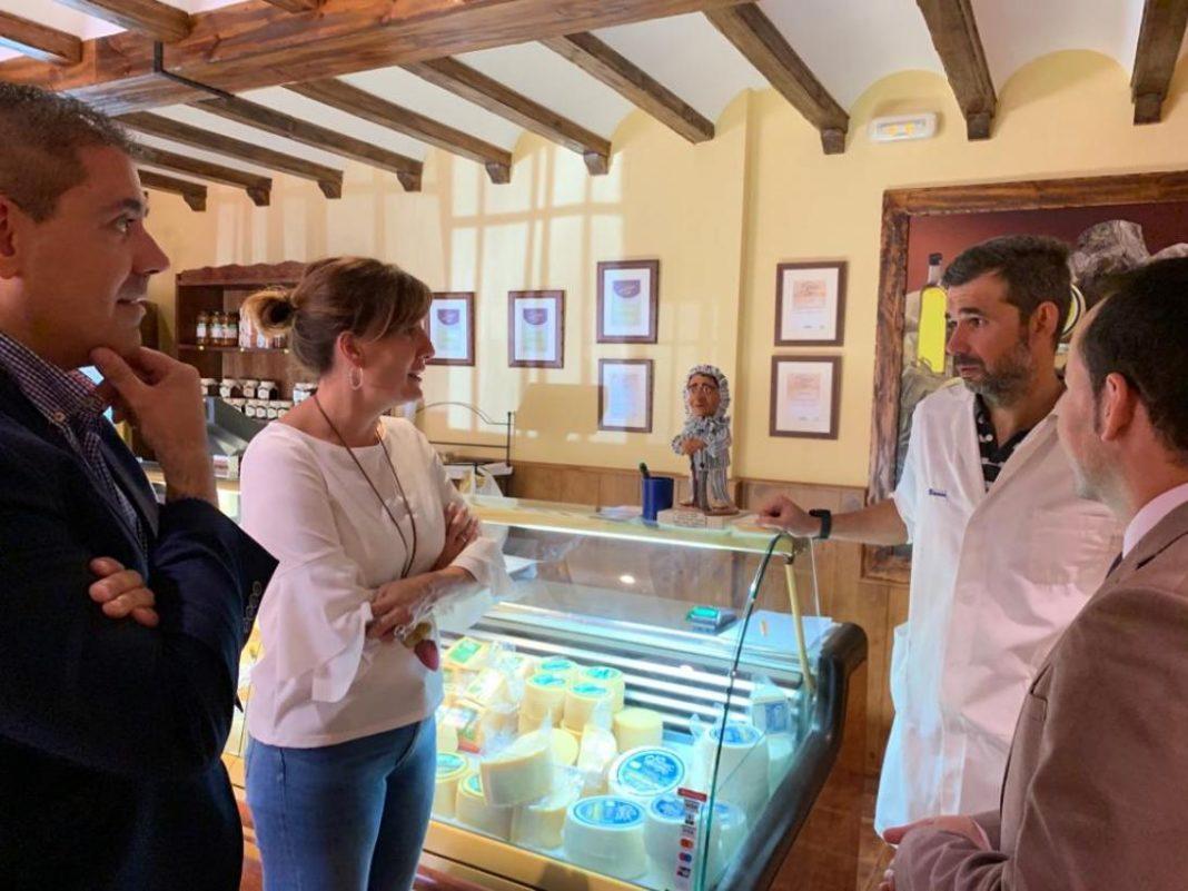 Blanca Fernández, portavoz del Gobierno regional, visita Quesos Gómez Moreno 10