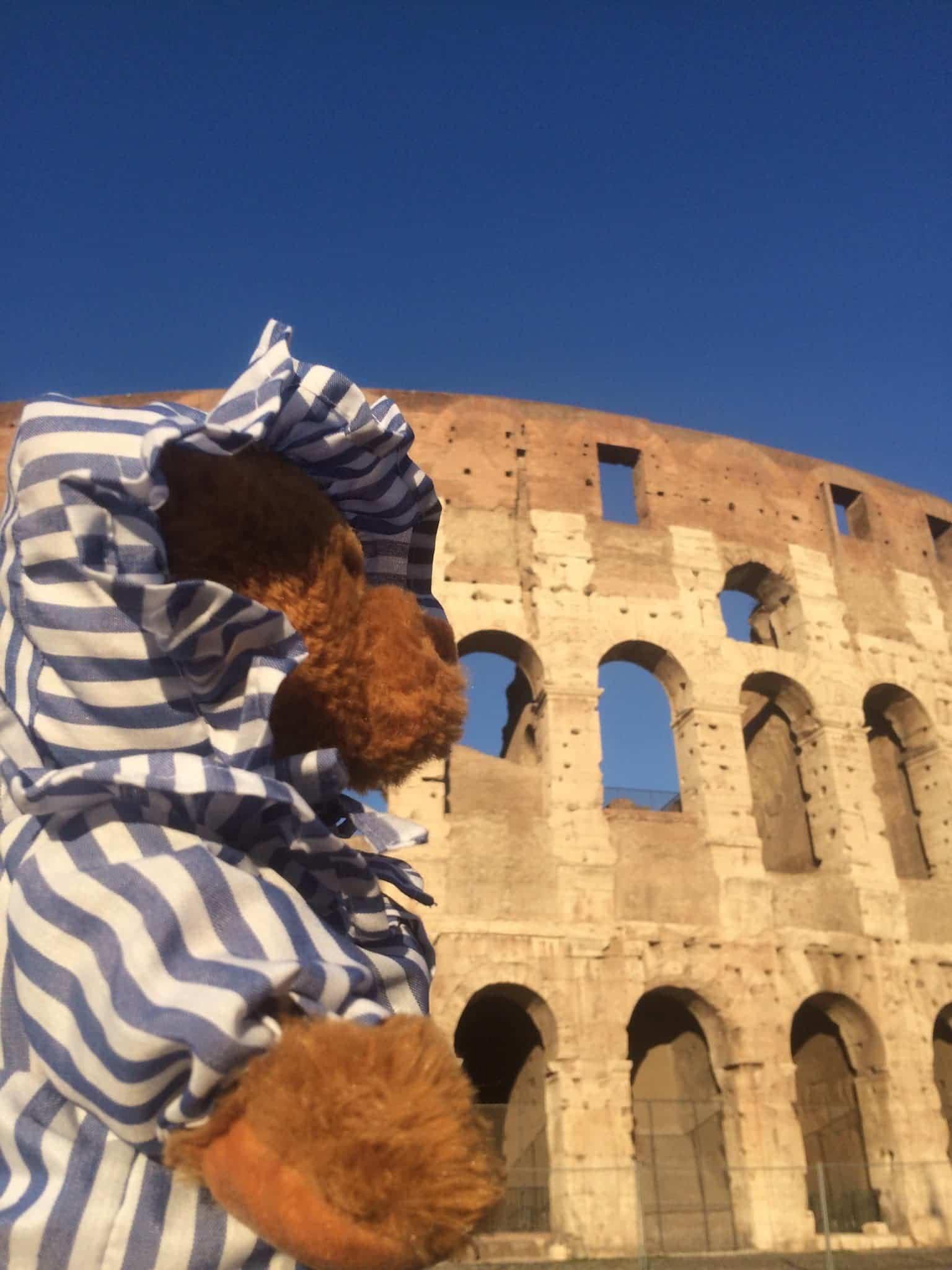 Osito en el Coliseo de Roma - ¿Qué hacen 5 ositos de peluche vestidos de Perlé viajando por el mundo?