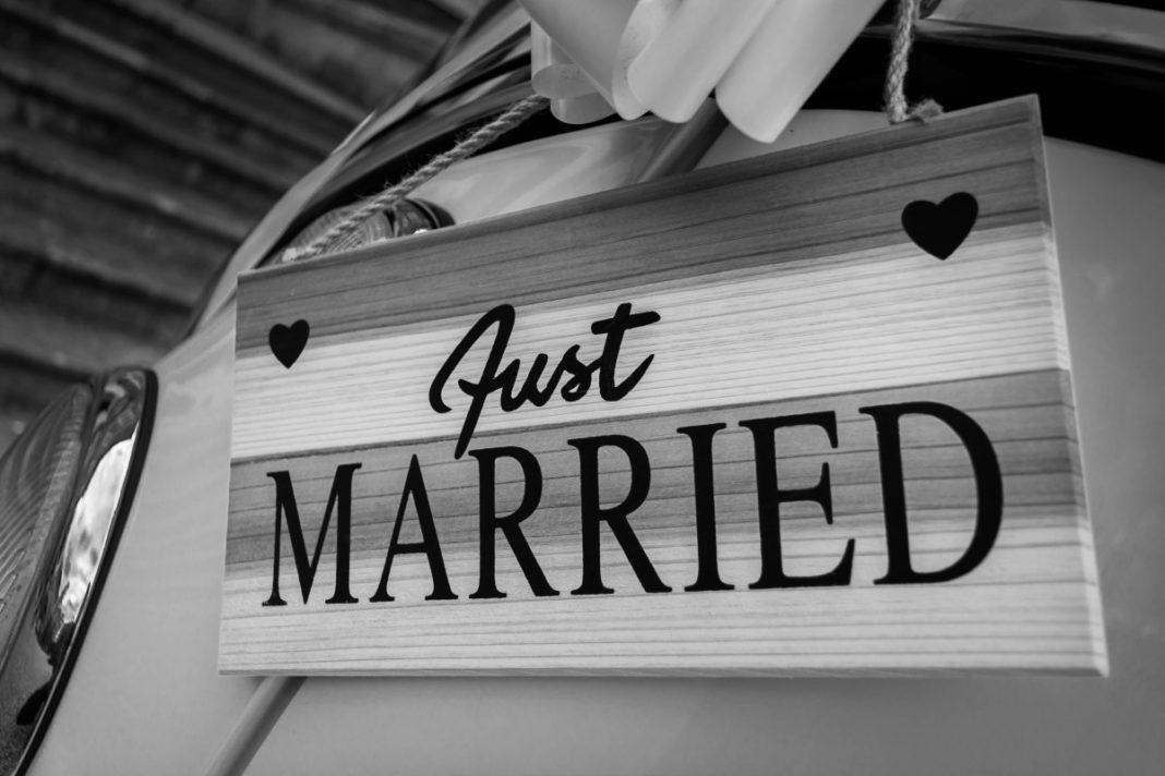recien casados 1068x712 - Ideas originales para incluir carteles en vuestra boda