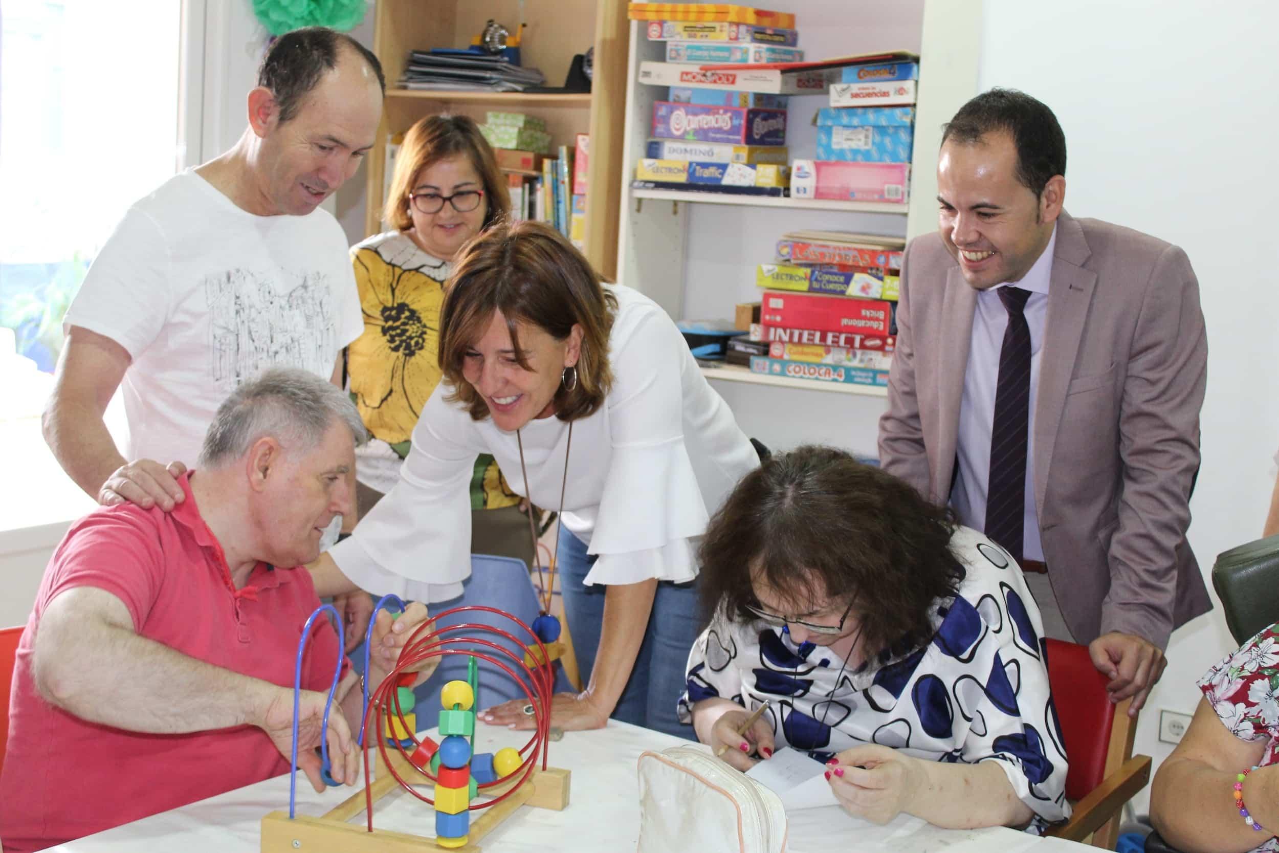 visita consejera igualda blanca a herencia 2 - La consejera de Igualdad y portavoz ha visitado Herencia (Ciudad Real)