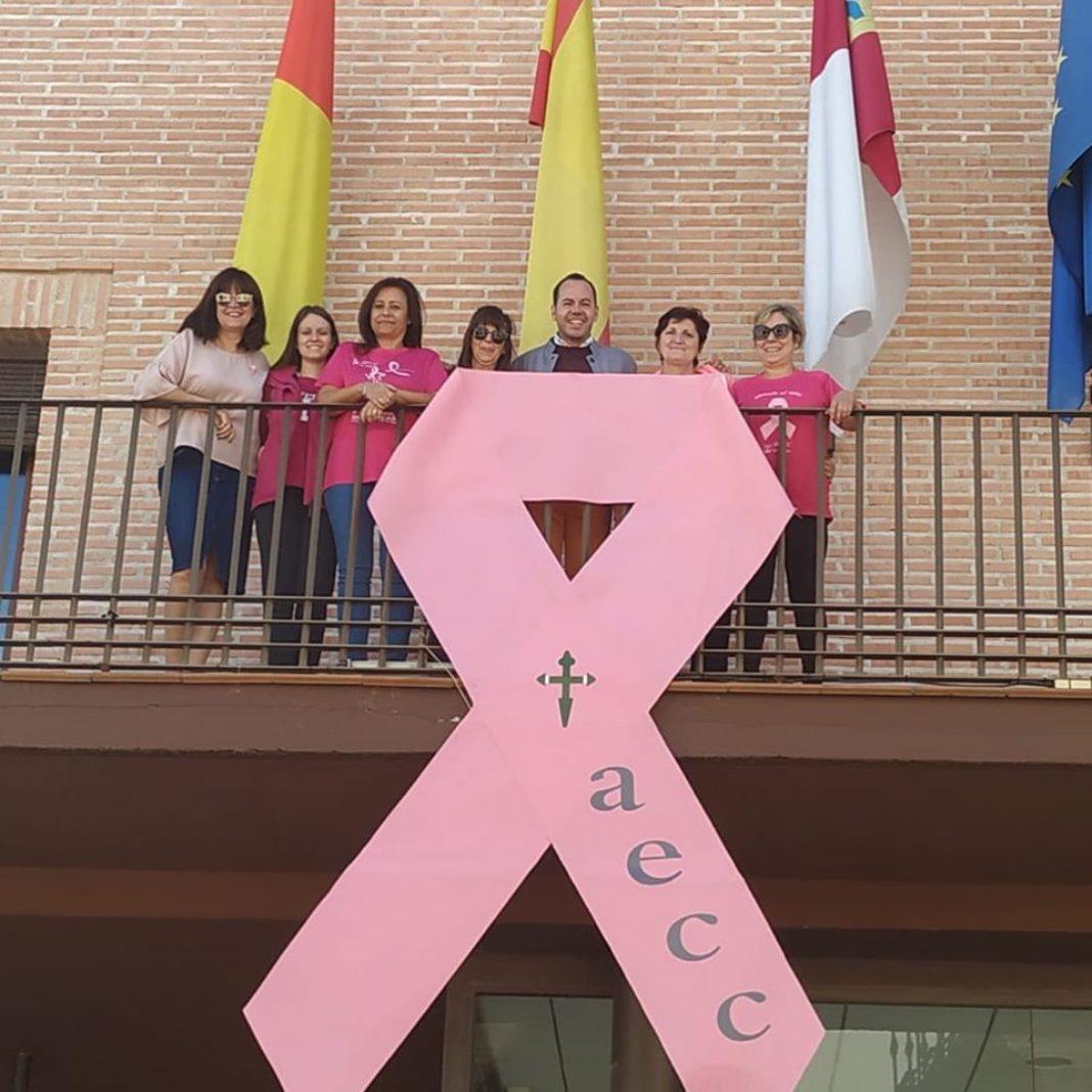 Lazo rosa en el balcón del Ayuntamiento con motivo del Día Internacional Contra el Cáncer de Mama 4