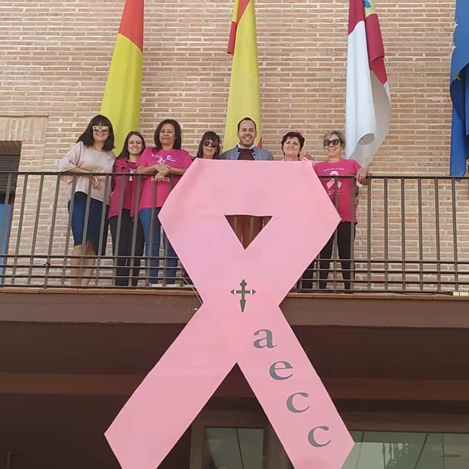 lazo rosa contra cancer herencia - Lazo rosa en el balcón del Ayuntamiento con motivo del Día Internacional Contra el Cáncer de Mama