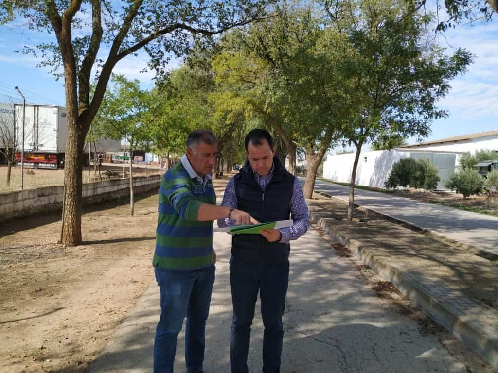 visita alcalde y cocnejal al cementerio - Servicio gratuito de autobuses para el Día de los Santos y obras de mejora en el Cementerio