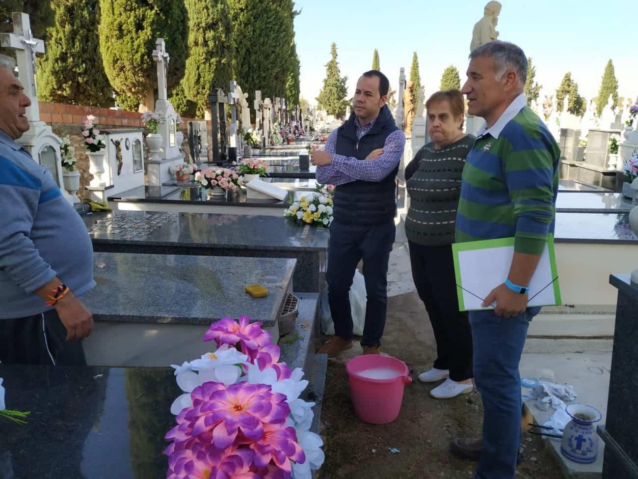 visita alcalde y cocnejal al cementerio1 - Servicio gratuito de autobuses para el Día de los Santos y obras de mejora en el Cementerio