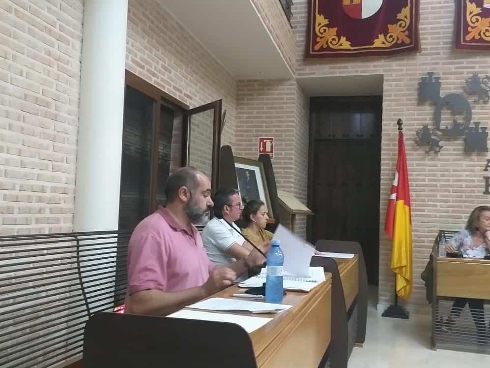 Jesus Fernandez almoguera concejal de Ciudadanos durante un pleno municipal en Herencia - Cs Herencia logra por unanimidad medidas para combatir la violencia de género